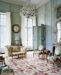 Dans le salon de musique, un décor fleuri se déploie, de la banquette corbeille XVIIIe, retapissée de soie à motif de fleurs multicolores Marly (Tassinari & Chatel), aux fauteuils en bois doré XVIIIe, en passant par le tapis d'Aubusson XVIIIe.