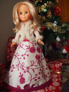 Cosiendo para Nancy. vestido largo blanco con bordados rosas y chaqueta blanca con vivos de pelo