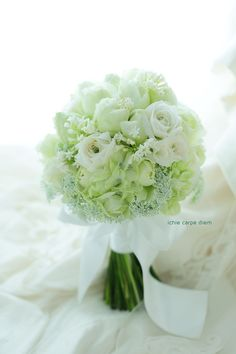 本日、今年最後のブーケは八芳園さまへ。 少しうつむきがちに咲いているのは、 白いラナンキュラス。 おばあさまのお好きな花なのだそうです。 ...
