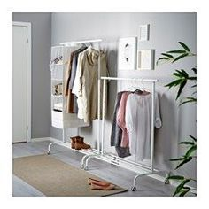 IKEA - RIGGA, Riel con soporte, blanco,  , , Como la barra de la ropa se puede fijar en 6 posiciones diferentes, podrás regular la altura según tus necesidades.En el estante inferior puedes poner cajas o 4 pares de zapatos.