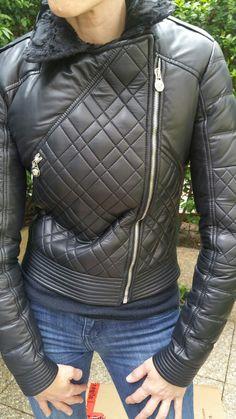 b2ec2c384620 Blouson cuir noir col fourrure pour femme Versace. Blouson cuir noir col  fourrure pour femme Versace   Coups de Coeur   Achetez des articles de luxe  neufs ...