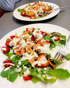 On a hâte à l'été...  #salad #dinner #dinnersalad #salade #saladporn #tataki #salmon #salmontataki #sesame #strawberries #strawberry #strawberrysalad #goatcheese #cheese #yogourt #homemade #homemadedinner #foodporn #summerplease #fresh #healthy #healthyfood #defisante by mhcouette Caprese Salad, Cobb Salad, Sesame, Fresh, Food, Essen, Meals, Yemek, Insalata Caprese