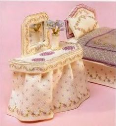 how to: cross stitch bedroom set (pattern and chart plus instructions in Spanish, with good diagrams) Dollhouse Tutorials, Diy Dollhouse, Dollhouse Miniatures, Miniature Furniture, Doll Furniture, Barbie Bedroom, Mini Cross Stitch, Mini Things, Linen Pillows