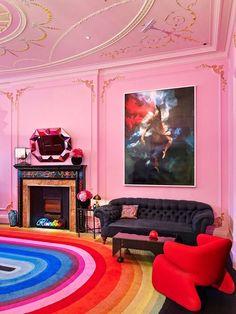 O rosa é a cor de 2016! E, claro, ele já está bombando na decoração. Que tal a ousadia dessa sala de estar toda pintada com o tom, com tapete colorido e móveis revestidos com tecidos luxuosos? Clique na foto para ver mais!
