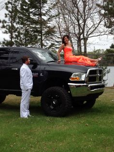 prom pics on the lifted truck! i miss proms.. lol