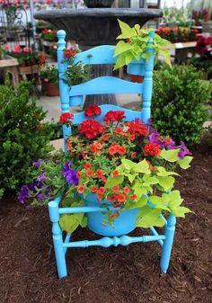 kreative ideen gebrauchter stuhl blau streichen pflanzgefäß
