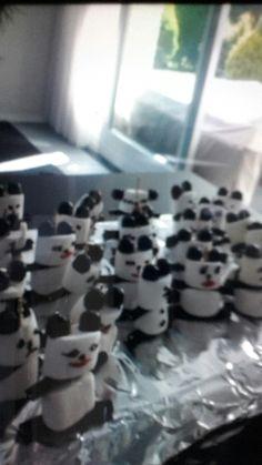 Oortjes: kokindjes Buik en hoofd: marshmallow Benen en armen: dropstaven Gezichtje: glazuur