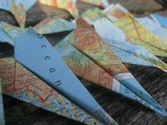 Gefertigt aus einem wunderbar hell Atlas, machen diese Papierflieger tolle Dekorationen! Für Tischkarten auf einer Reise Hochzeit verwenden Sie, geben sie als Gefälligkeiten an ein Kind Geburtstag-Partei, sie als Dekoration von der Decke hängen. Es gibt so viele Verwendungsmöglichkeiten für diese! Es gibt zwei Arten von Flugzeugen in der Anwenderdokumentation. Ich habe sie gemacht, so dass sie Sehenswürdigkeiten aus aller Welt zeigen. Sie messen ca. 5 lang.  AN DER KASSE: -Wählen Sie die…
