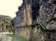 Ruta de las pasarelas, Alquezar (Huesca) Wonderful Places, Beautiful Places, Dangerous Roads, Beautiful Sites, Aragon, Vacation Places, Spain Travel, Wanderlust Travel, Amazing Destinations