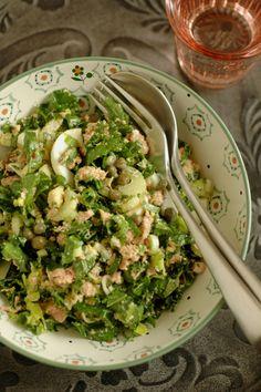 Salade de chou kale, céleri branche, thon, oeuf dur, persil, câpres, parmesan