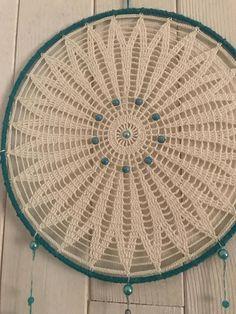 Attrape rêve napperon fait au crochet assorti de perles turquoise et plumes bleu 30 cm de diamètre
