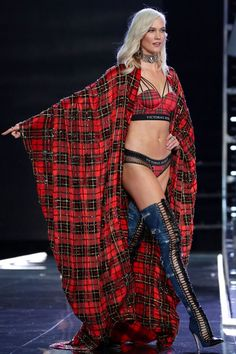 Karlie Kloss, American model, makes a stunning return to the VICTORIA'S SECRET Fashion Show 2017 in thigh-high heels, glittering lingerie Vs Fashion Shows, Fashion Week, Trendy Fashion, Men's Fashion, High Fashion, Victoria Secret Wings, Victoria Secret Fashion Show, Victoria Secret Lingerie, Victoria's Secret