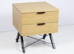 Urocza i niezawodna szafka nocna z dwoma szufladami. Pomieści różne drobiazgi lub dobrą książkę na wieczór i będzie idealną podstawą do lampki nocnej. Wykonana ręcznie z litego drewna i blatu w dowolnym odcieniu, całość spięta stalowymi elementami w kolorze czarnym lub białym. Perfekcyjne...