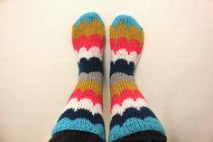 ANUN KOTI: Villasukat Folk Fashion, Colorful Socks, Cool Socks, Knitting Socks, Mittens, Crochet Projects, Knit Crochet, Knitting Patterns, Comfy