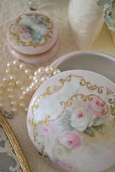 (via Limoges and pearls   Limoges❤Dresden ❤Wedgwood   Pinterest)
