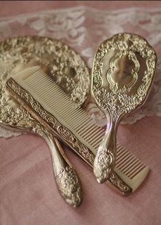Vintage Dressers, Vintage Vanity, Vintage Mirrors, Bathroom Vintage, Antique Vanity, Vintage Teacups, Vintage Books, Vintage Sewing, Antique Gold
