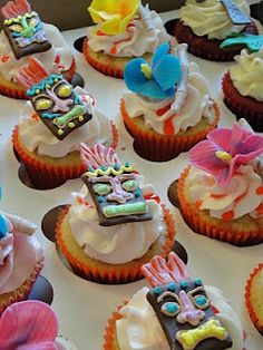 Tiki party cupcakes for Hawaiian wedding dessert tables Keywords: #weddings #jevelweddingplanning Follow Us: www.jevelweddingplanning.com  www.facebook.com/jevelweddingplanning/