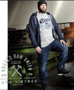 Tee-shirt allsize composé de Coton 100%  Très beau coloris gris foncé avec imprimé poitrine Manches courtes Renfort au col Rond