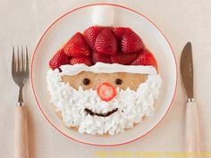 Santa pancakes---make pancakes of choice; decorate with fresh strawberries, whip cream & a few chocolate chips! Easy Christmas breakfast for kids. Santa Pancakes, Christmas Pancakes, Christmas Breakfast, Santa Breakfast, Morning Breakfast, Breakfast Ideas, Pancakes Kids, Pancake Breakfast, Vegan Pancakes