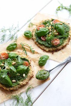 Mini Cauliflower Pizza Lizetes ziedkāpostu pica  1 ziedkāposts aptuveni 700g 100 g speltas milti 2 olas baziliks, raudene, ķiploks, nedaudz olīveļļa  Visu sablendē un liek cepties cepeškrāsnī uz 10 min 180 grādos pa to laiku gatavo picas virsu.  Griežu sēnes, cukini, sīpolus, tomātus, rīvējam sieru un liekam cepeškŗasnī vidēji uz vēl 10 minūtēm cepties.