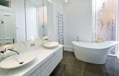 Крашеные стены в ванной выглядят совсем скучно, а может, покрываются грибком или белым налетом? Отказываемся от стереотипов и развенчиваем главные мифы отделки стен краской