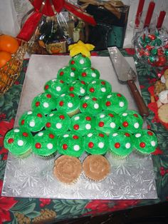 Christmas Tree Cupcake Cake - Version 2 of the cupcake cake for a different party. This time we were prepared with better decorations and golden sugar for the star. (birthday treats to take to school) Christmas Tree Cupcake Cake, Christmas Deserts, Christmas Goodies, Christmas Candy, Christmas Holidays, Christmas Crafts, Merry Christmas, Cupcake Torte, Pull Apart Cupcake Cake