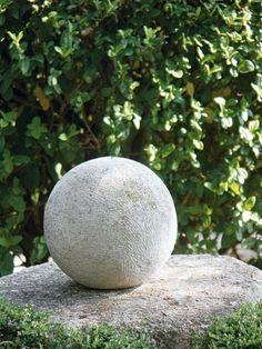 . Boule en pierre