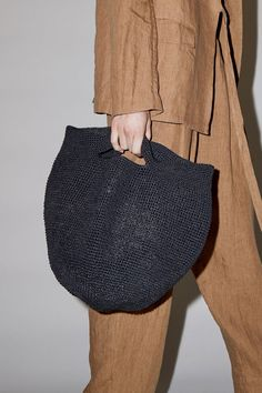 Woven half-moon bag in an easy to style black paper yarn. Perfect for an everyday spring/summer bag or a beach tote. Creative Bag, Clog Boots, Summer Bags, Textiles, Knitted Bags, Handmade Bags, Bag Accessories, Straw Bag, Bucket Bag