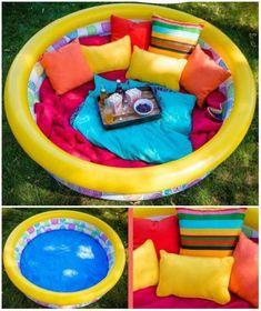 Un coin détente pour les enfants avec une piscine gonflable et des coussins.22 idées d'aires de jeux extérieures DIY pour enfants