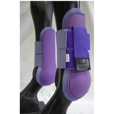 Anatomisch gevormde open peesbeschermer van NORTON. Gevoerd met dik, niet-irriterend neopreen. Twee brede, dubbelzijdige klittenband strips op een twee lagen elastiek, met elkaar verbonden door een klep met, voor een betrouwbare sluiting en een geringe belasting van de druk punten. De technische eigenschappen en de gebruikte materialen combineren deze beenbeschermers bescherming en steun met een maximaal comfort. Stevig en onderhoudsvriendelijk, verkrijgbaar in talrijke kleuren met…