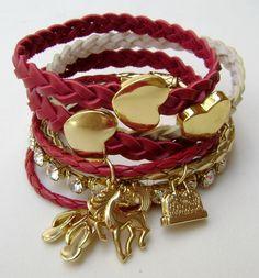 Mix com 7 pulseiras em couros diversos vermelho e dourado, pulseira em strass e pingentes. R$49,90