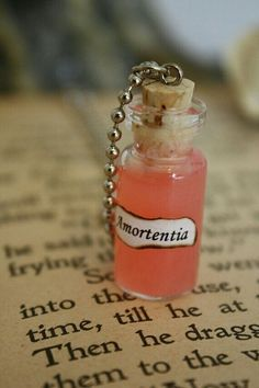 Harry Potter: What scent would the Amortentia Potion aquire for you? Harry Potter Diy, Harry Potter Jewelry, Harry Potter Christmas, Harry Potter Birthday, Bottle Jewelry, Bottle Charms, Bottle Necklace, Hogwarts, Slytherin