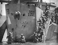 Les premières étapes des atterrissages pendant l'invasion de la Sicile, en Italie pendant la Seconde Guerre mondiale. Des milliers d'engins de débarquement de tous types ont été utilisés dans l'invasion. Ici, nous pouvons voir un atterrissage se produisant autour de Juillet 10, avec l'infanterie descendre étapes au large des embarcations de débarquement.