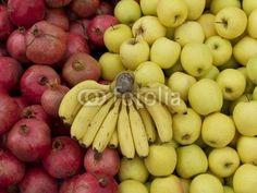 Rotes und gelbes Obst auf dem Wochenmarkt in Istanbul Erenköy im Stadtteil Kadiköy am Bosporus in der Türkei