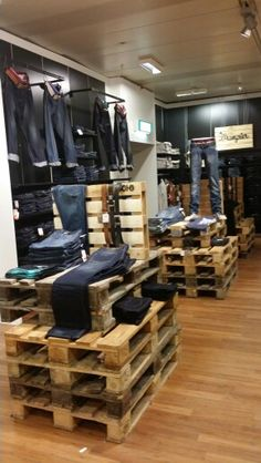 Display jeans pallets @v&d Emmen