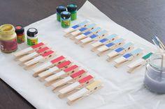 DIY-Bastelanleitung: Tischkicker basteln aus Pappe und Wäscheklammern - Paula Pünktchen