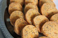 """Mmm je les aime toujours autant : les sablés salés à l'apéro ! C'est convivial, vite prêt et pratique ! Cuits ils se conservent 4 jours et crus ils se congèlent bien 3 mois, gardez l'idée en tête pour vos dîners en tout genre, une fois goûtés ils seront adoptés... <a href=""""http://marionadecouvert.com/recettes/sables-parmesan-piment-despelette-et-graines-de-pavot/"""">Lire la suite →</a>"""