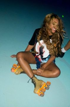 beyonce recreates blow music video at houston skating rink 04 Beyonce ties her roller skates on while stopping by the H-Town FunPlex Entertainment roller rink for some fun with her friends over the weekend in Houston, Tex. Beyonce Knowles Carter, Beyonce Memes, Beyonce Beyonce, Blue Ivy Carter, King B, T Shirt Nike, Beyonce Style, Style, Music