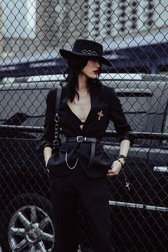 New York Fashion Week SS19 Street Style Black Women Fashion, Dark Fashion, Gothic Fashion, Womens Fashion, Alternative Mode, Alternative Fashion, New York Fashion, London Fashion, Mode Hipster