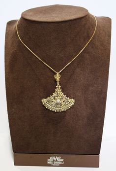 Pendente in oro giallo con diamante, creato a mano dagli orafi della Meli Gioielli di Firenze con le antiche tecniche etrusche del madrevitato e della granulazione.