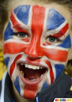Seorang pendukung timnas Inggris bersorak atas kemenangan timnas Inggris saat melawan Swedia.