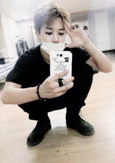 """SeokJin en Twitter: """"A mí celular le faltan fotos de Hoseok, puedo tener mil de él pero nunca será suficiente Así que sería buena idea dejar sus fotos y videos… https://t.co/K4XVwuOduP"""""""