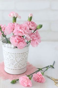beautiful flowers at night Pink Carnations, Pink Roses, Pink Flowers, Paper Flowers, Love Rose, My Flower, Beautiful Flowers, Simply Beautiful, Rosen Arrangements