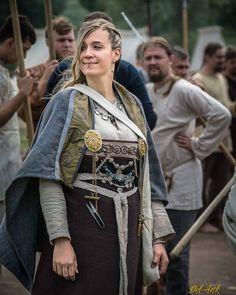 Haldis Karldóttir 👑 wife of earl Viking Cosplay, Viking Garb, Viking Reenactment, Viking Dress, Celtic Clothing, Medieval Clothing, Viking Character, Viking Culture, Historical Costume