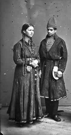 https://flic.kr/p/ojvtRB | Sami couple from Sweden 1868.1871. Samisk par fra Sverige 1868-1871. NMA.0036927 | Düben, Lotten von / Nordiska museet. Lisens: Public domain.