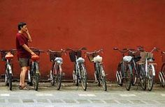 Einsamer Mann und Fahrräder am Kaiserpalast, Peking.