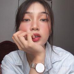 Image may contain: 1 person, closeup Asian Makeup Looks, Cute Makeup Looks, Uzzlang Girl, Girl Face, Couple Aesthetic, Aesthetic Girl, Kathryn Bernardo Outfits, Natural Glowy Makeup, Filipina Girls