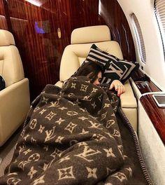 Die Erbin macht ein Nickerchen in ihrem Privatjet! Boujee Lifestyle, Luxury Lifestyle Fashion, Instagram Lifestyle, Luxury Fashion, Wealthy Lifestyle, 90s Fashion, Instagram Blog, Disney Instagram, Fashion Women