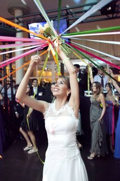 """This is a super idea creative and different. The bride ties different colored ribbons on her bouquet and each invited to participate in the fun safe one. The bride will raise the arrangement and cutting the tape one by one, until only be attached to one bouquet. That was contemplated with the bouquet and """"promise"""" of a wedding soon!"""