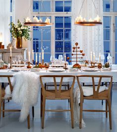 Advent, New Year etc   Duka med koppardetaljer och blommor till advent - Sköna hem Would love to have a tablescaping like this for the holidays...one day!  ALSO LOVE THE STYLE OF THE CHAIRS (except seat-would prefer solid wood instead of cane)!!! ❤️❤️❤️(CHAIRS!)